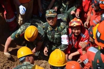 Police Armée Populaire en mission de secours aux personnes, suite à un séisme.